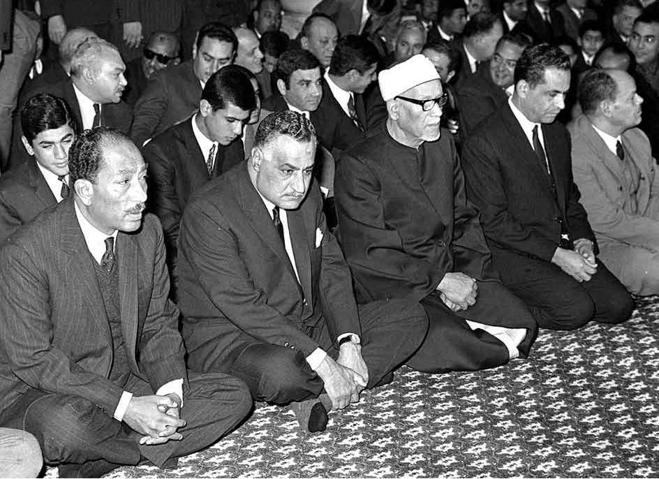 جمال عبد الناصر مع أنور السادات في المسجد