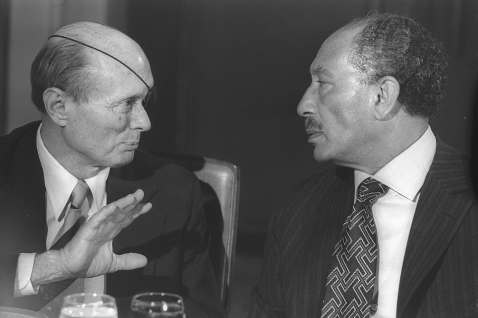 الرئيس المصري أنور السادات مع وزير الدفاع الإسرائيلي موشى ديان