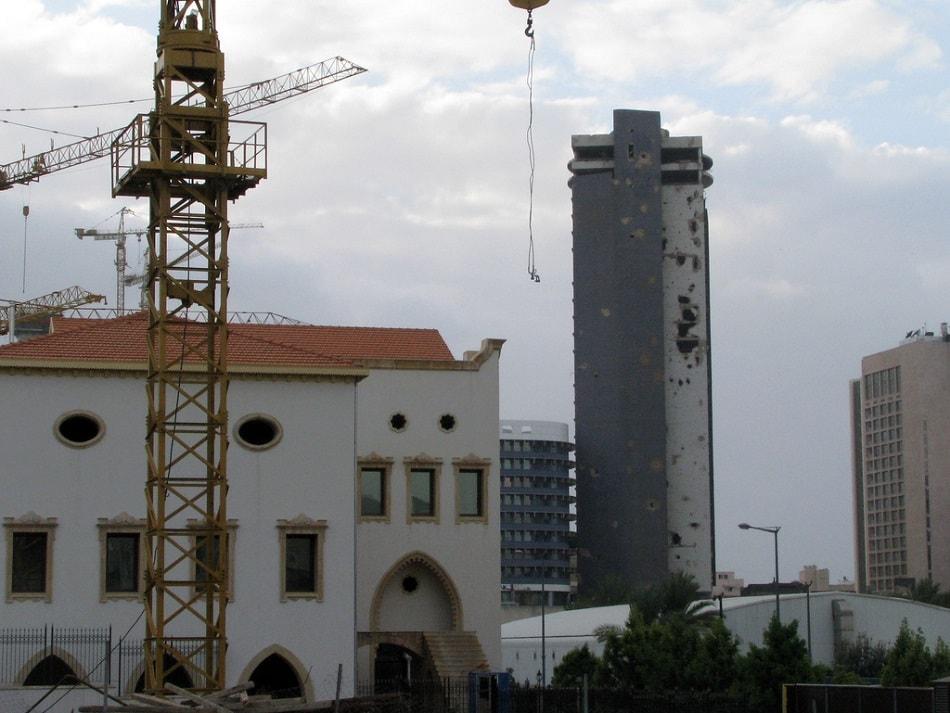 أثار الحرب الأهلية اللبنانية كما تظهر على مبنى حتى الآن