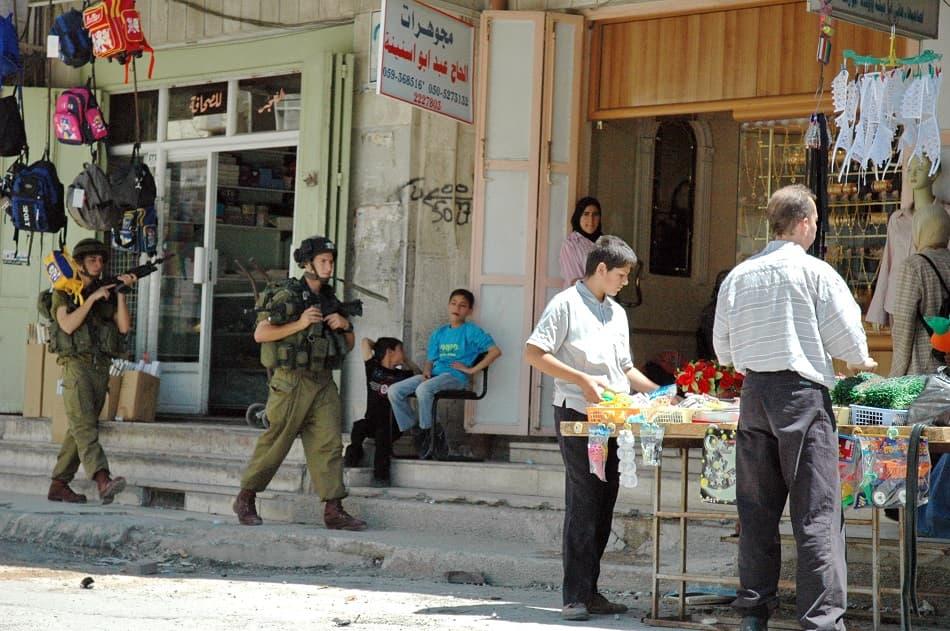 جنود إسرائيليون يمشون في فلسطين