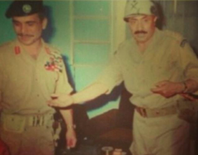 عام 1967الفريق محمد بن عامر عسيري، قائد القوات السعودية، مع الملك حسين في الأردن