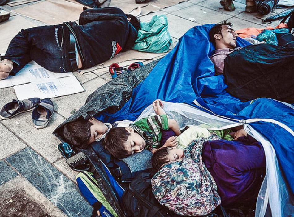 أطفال لاجئون نائمون