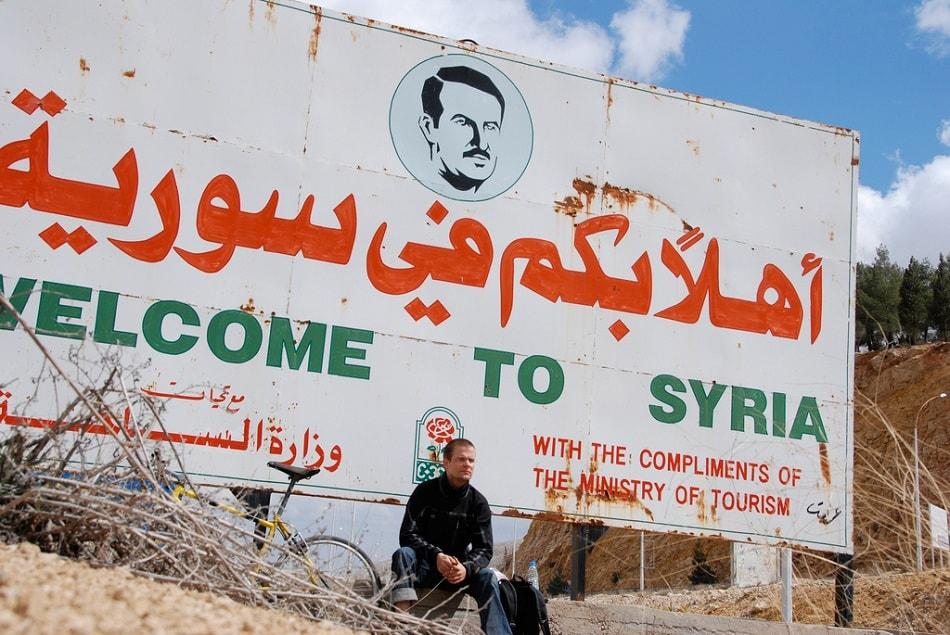 لوحة مكتوب بها أهلا بكم في سوريا