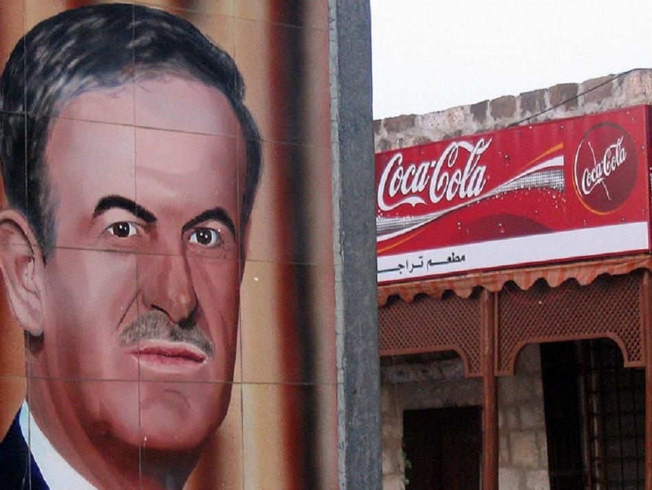 حافظ الأسد على واجهة محل