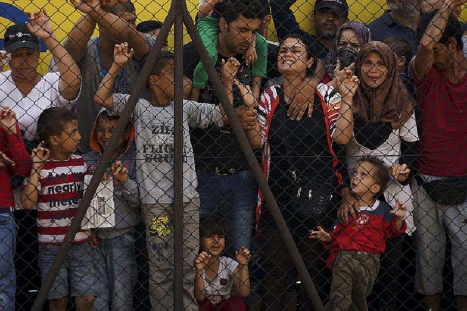 بكاء لاجئين سوريين