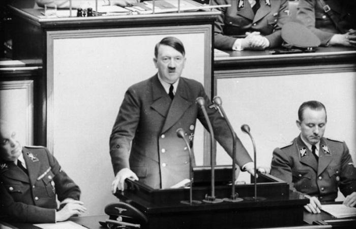 هتلر يلقي خطابا
