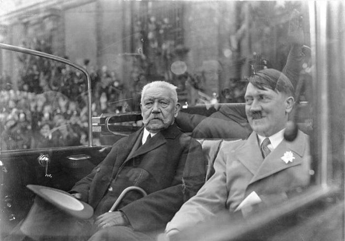 هتلر إلى جوار الرئيس الألماني باول فون هيندنبرغ