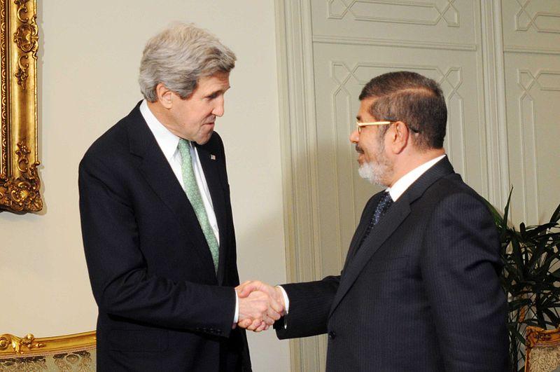 وزير الخارجية الأمريكي جون كيري مع الرئيس المصري محمد مرسي