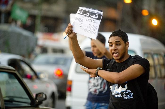 شاب يجمع توقيعات لحملة تمرد من سائقي التاكسي