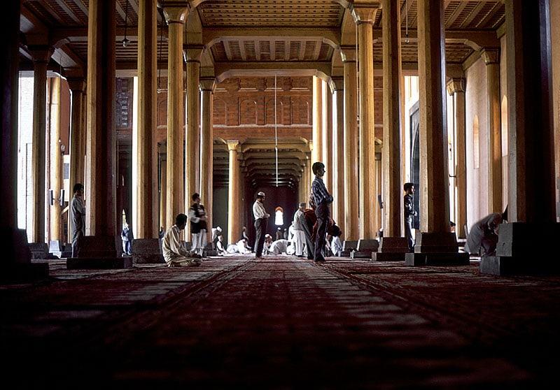 مسلمون يؤدون الصلاة في مسجد بالهند