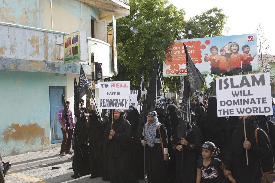 مظاهرة نسائية في المالديف تطالب بالحكم للإسلام وسقوط الديمقراطية