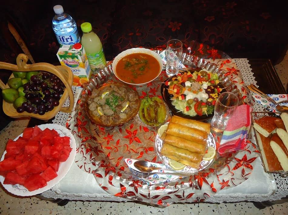 مائدة تحتوي طعام وجبة إفطار رمضان في الجزائر