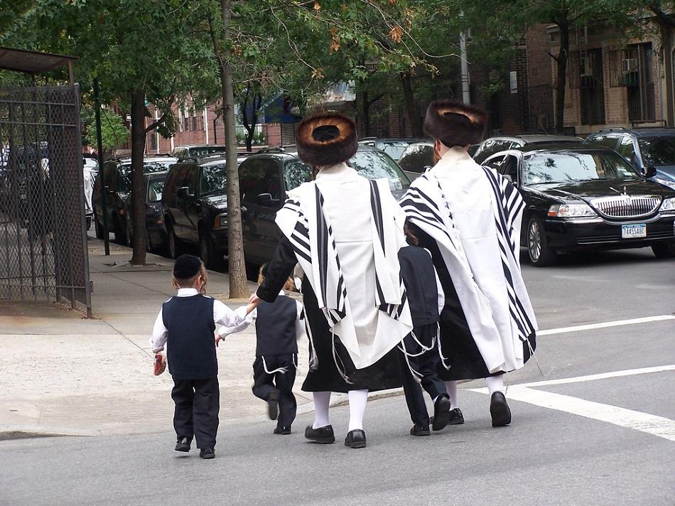 يهود يرتدون التاليت في نيويورك