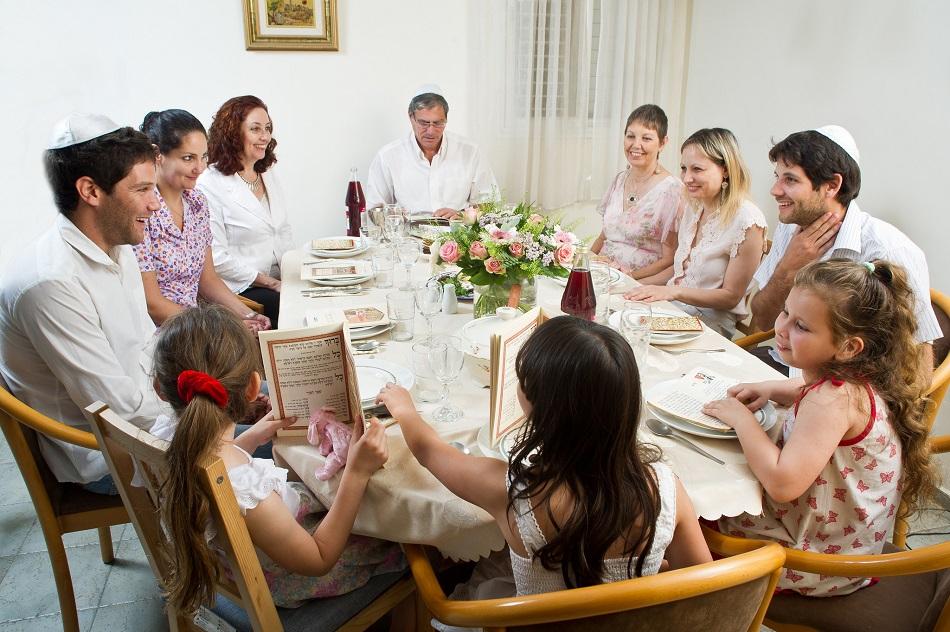 عائلة يهودية قبل طقوس العشاء