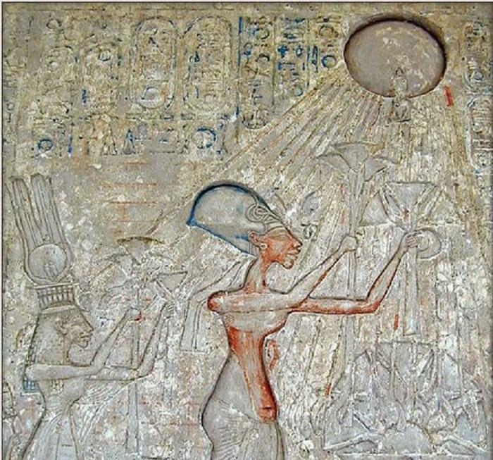 إخناتون وزوجته يتعبدون للشمس