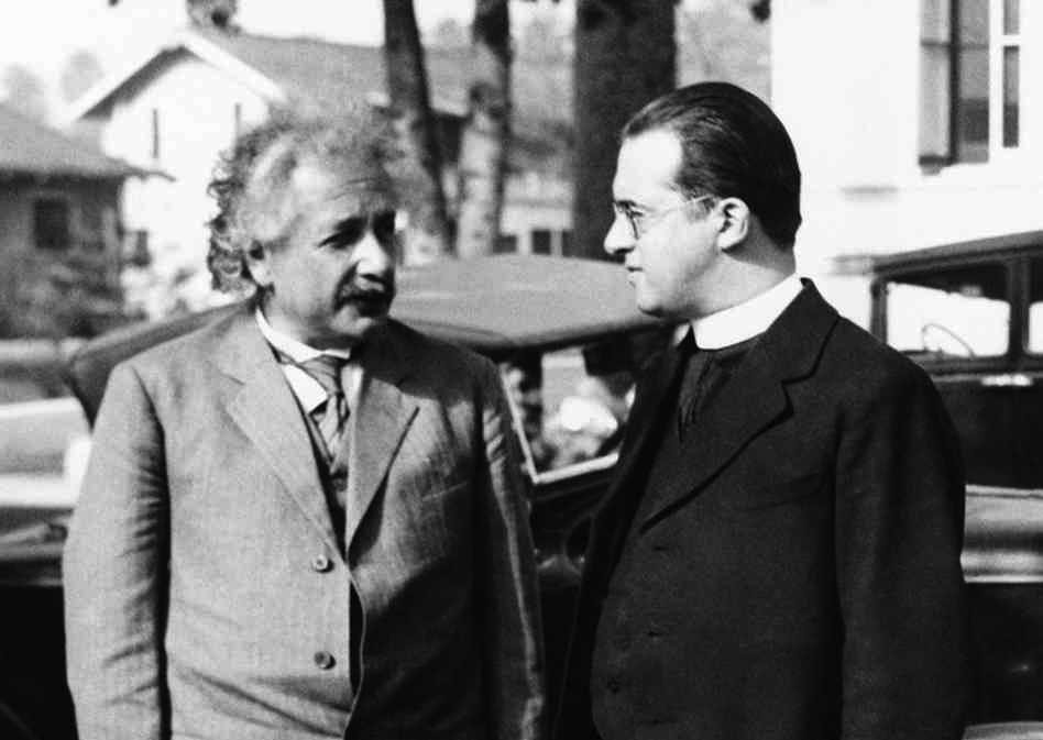 عالما الفيزياء والفلك ألبرت آينشتاين وجورج لوميتر