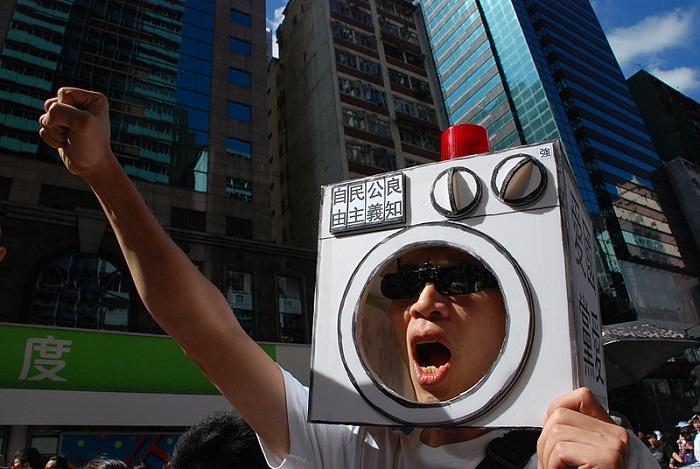 رجل يتظاهر ضد غسيل الأدمغة