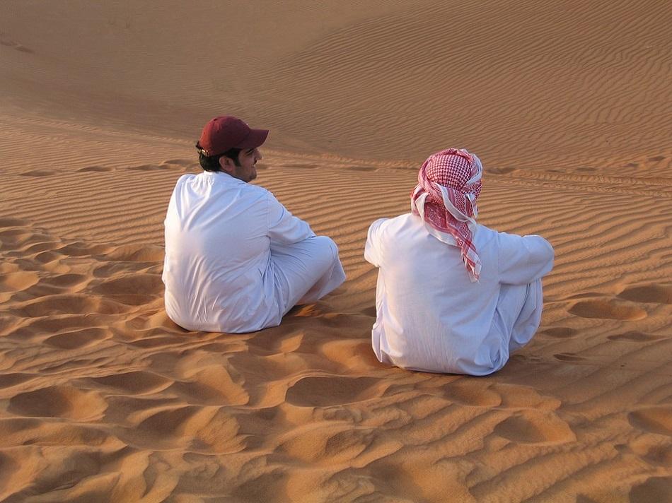 رجلان في الصحراء