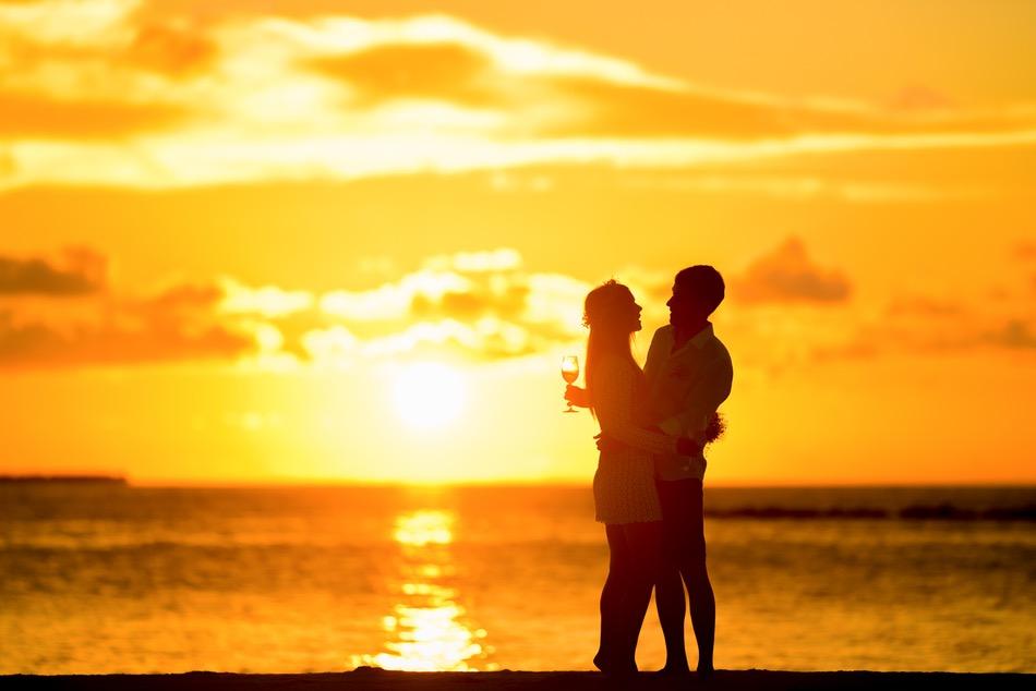 شاب وفتاة يحتضنان بعضهما على البحر