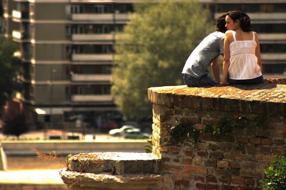 شاب وفتاة في علاقة عاطفية