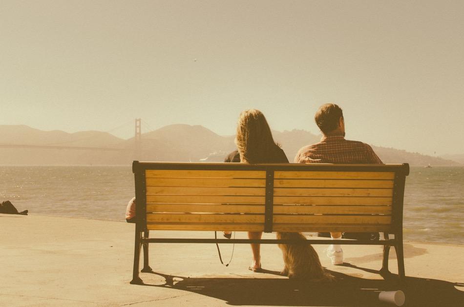 شاب وفتاة يجلسان على كرسي