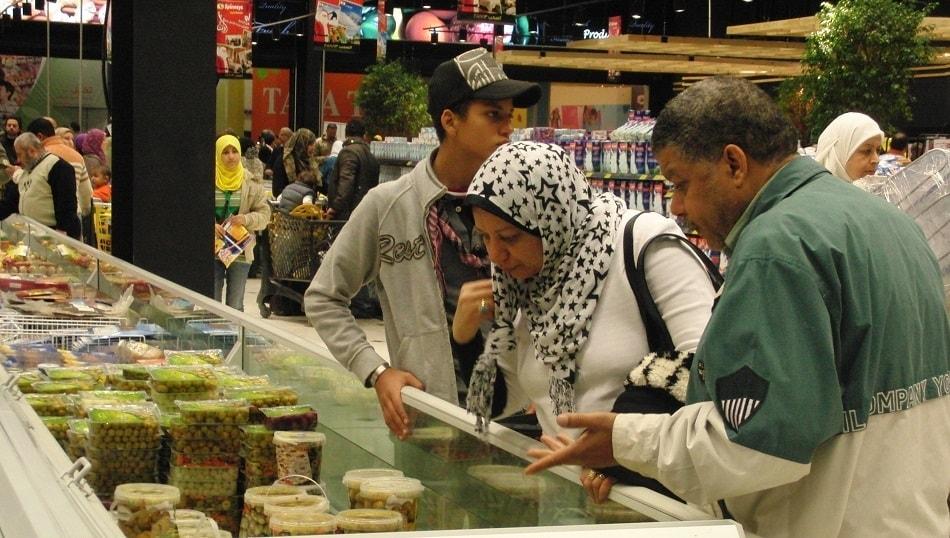 أسرة مصرية تشتري من سوبر ماركت