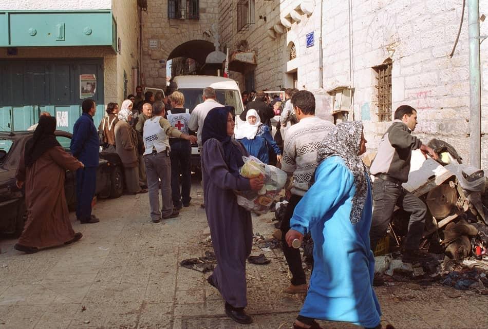 فقراء يستلمون مساعدات إنسانية