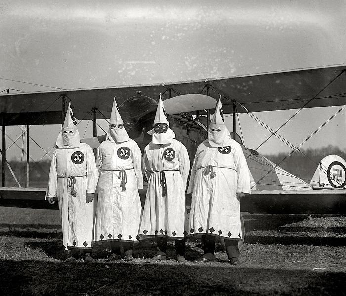 أعضاء في جماعة كو كلوكس كلان