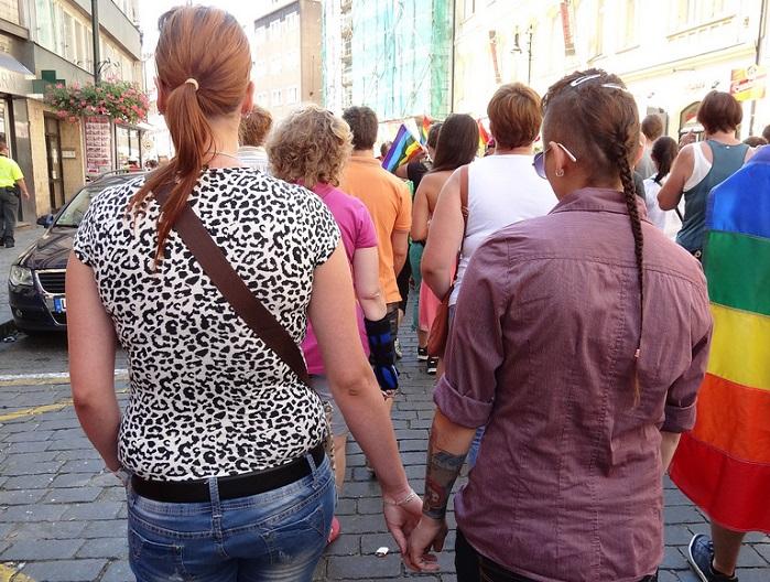 فتاتان مثليتا الجنس تمسكان كل واحدة بيد الأخرى