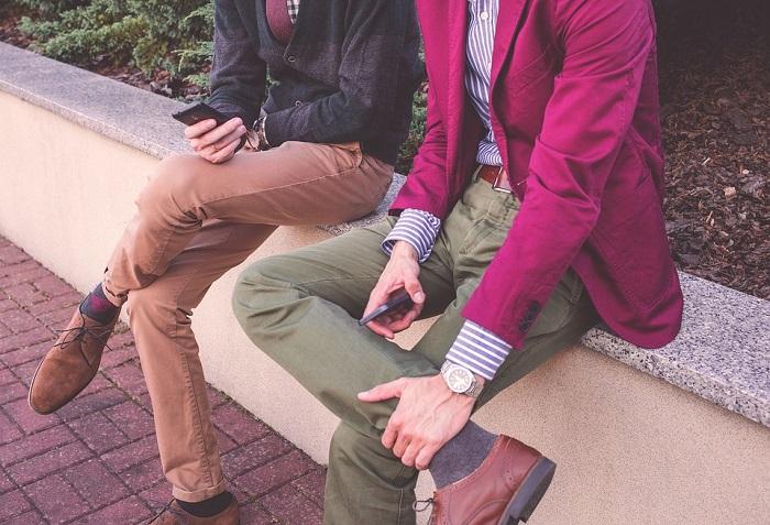 رجل يرتدي ملابس لونها وردي