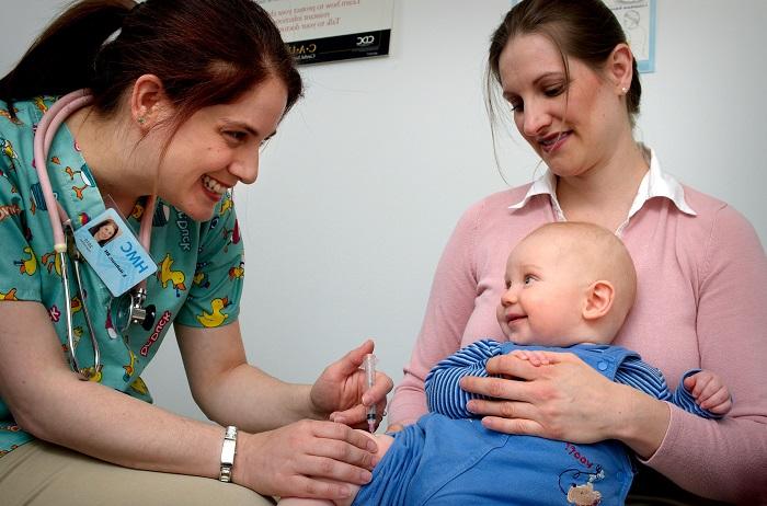 الأم وطفلها مع الطبيبة