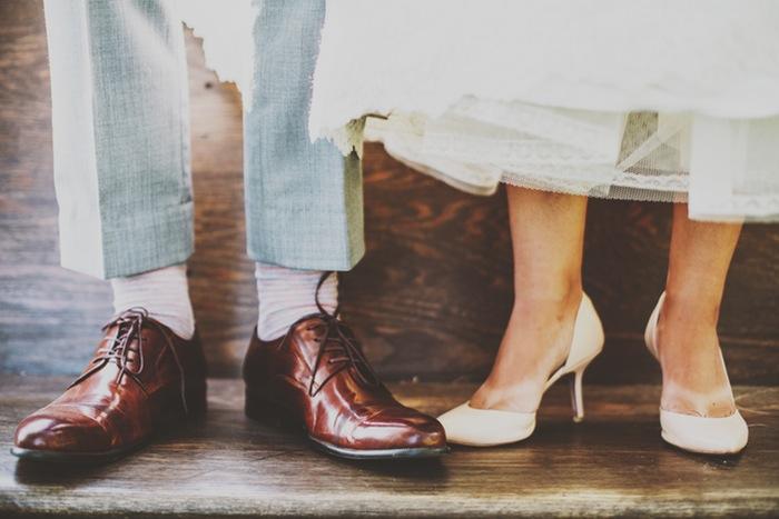 أقدام رجل وامرأة