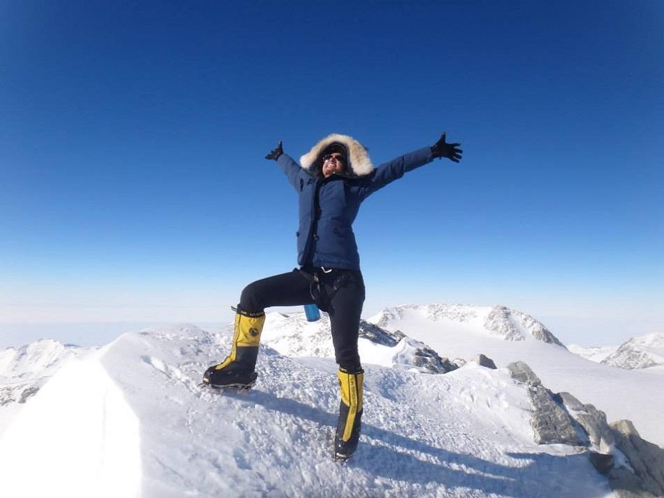 رها محرق بعد تسلقها جبل جليدي في القارة القطبية الجنوبية