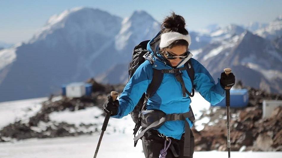 رها محرق أثناء تسلق جبل