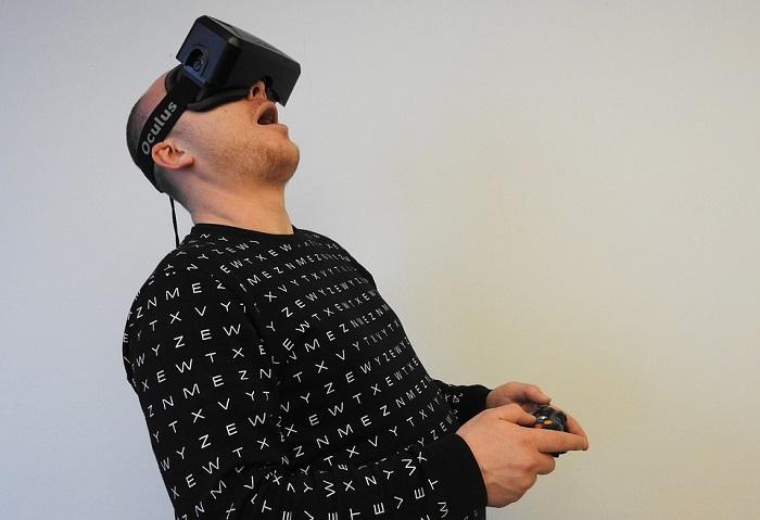 رجل يلعب بواسطة نظارة واقع افتراضي