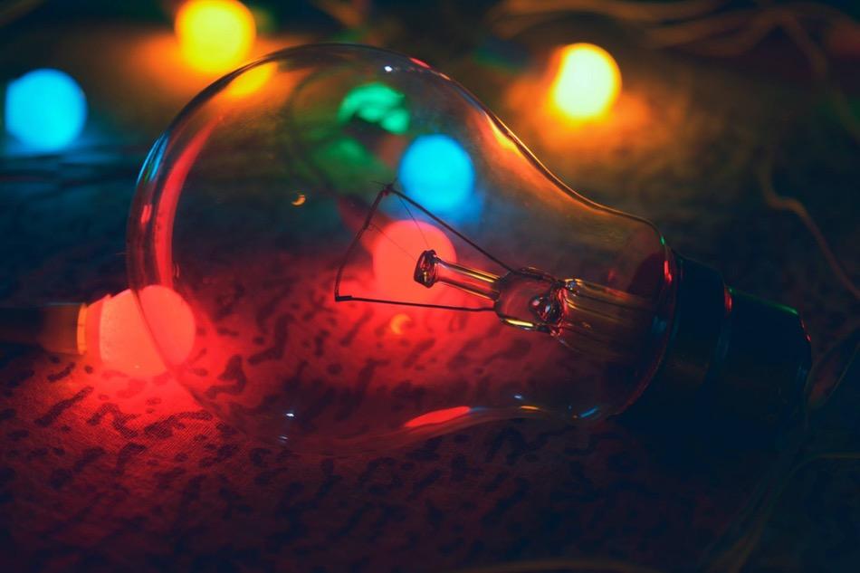 مصباح يضيء على الأرض