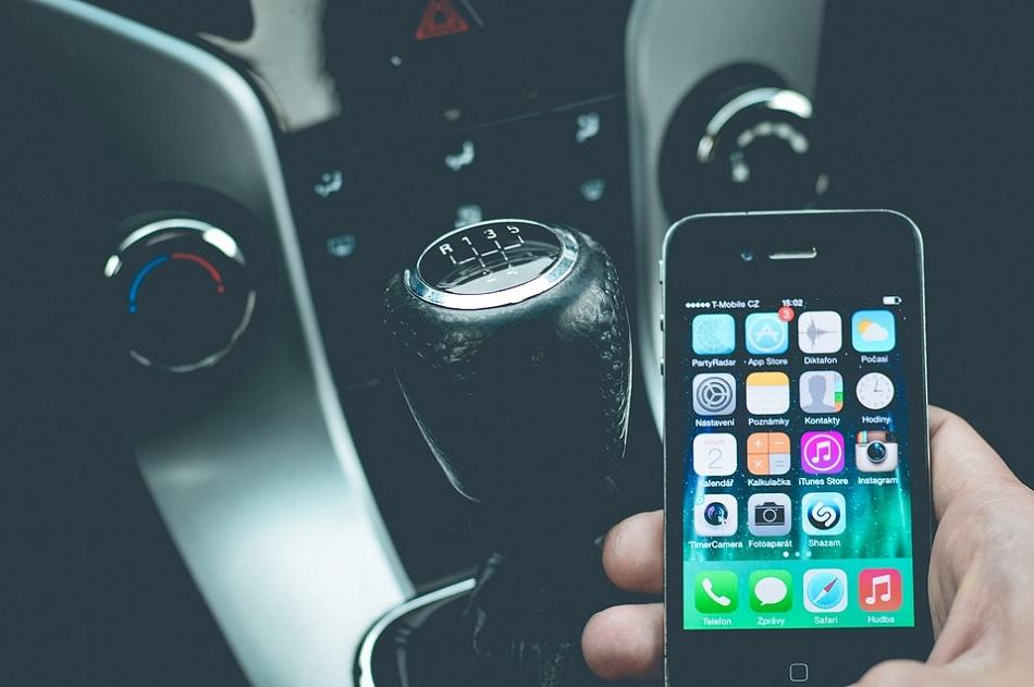 هاتف ذكي وسيارة