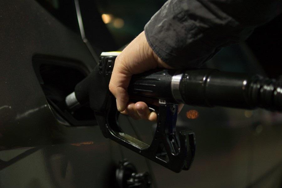 رجل يضخ البنزين لسيارته