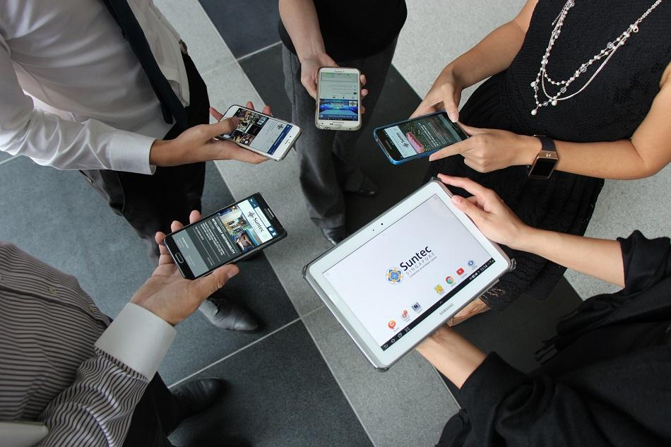 أشخاص يستخدمون هواتفهم الذكية