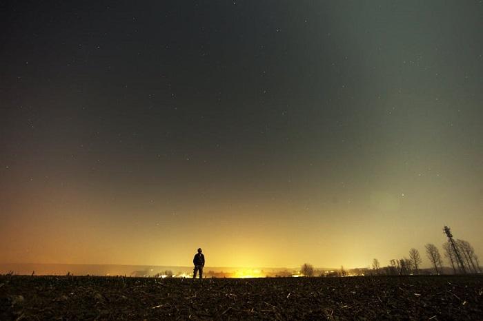 رجل يقف وسط النجوم