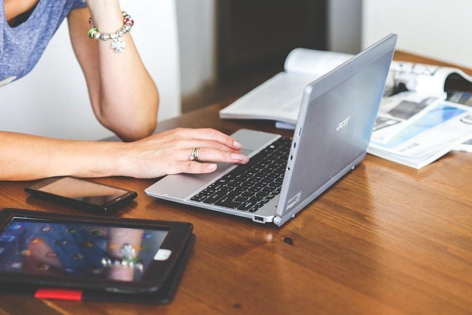 فتاة تعمل على جهاز لابتوب