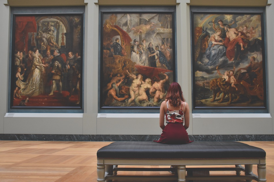 فتاة تجلس وحيدة في متحف