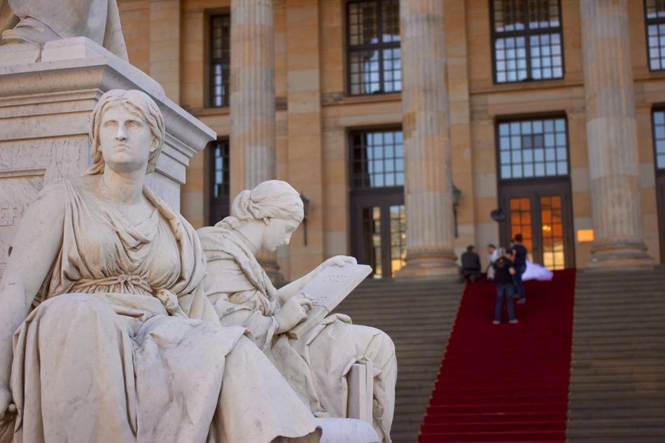 تمثال يوناني لشخص يقرأ  أمام متحف