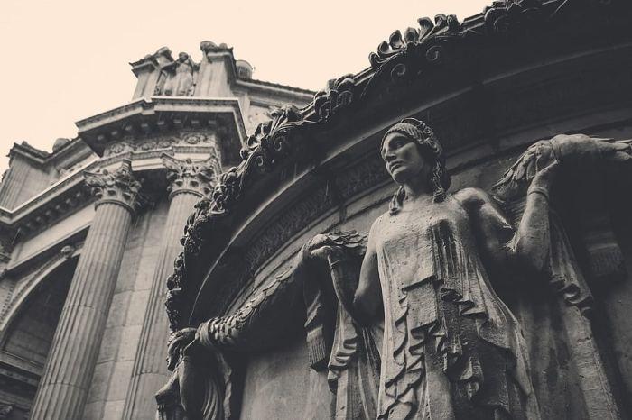 تمثال أحد الآلهه الإغريقية