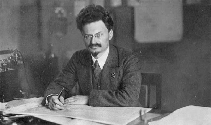 تروتسكي جالسًا على مكتبه