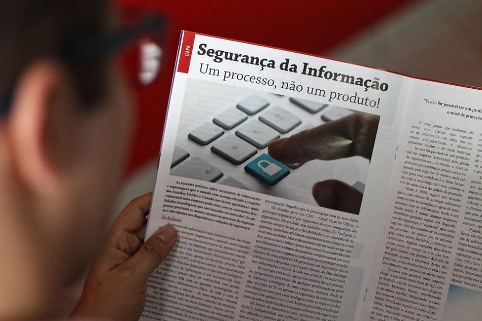رجل يقرأ جريدة